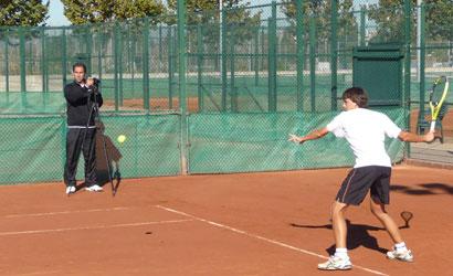 Albert Costa, filmant a un jugador.