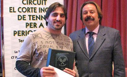 Jordi Ramos rep el titol de mans de Francesc Orriols.