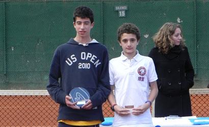Toni Batlle (de blanc), campió i Alex Casas, finalista del Infantil-1.