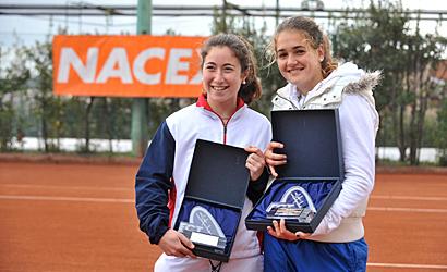 Lázaro (dreta), campiona i Rosell, finalista.