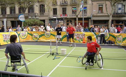 Exhibició de tennis en cadira de rodes.
