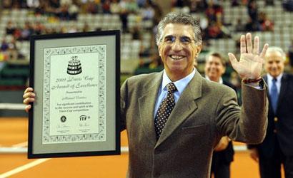 Manel Orantes mostrant al Premi a l'Excel·lència a la Copa Davis.