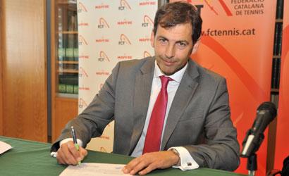 Joan Navarro signa la presa de possessió del seu càrrec de President de la FCT.