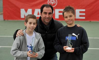 Dani Herraez, campió i Gerard Bosch, finalista del Benjamí, amb l'Albert Costa.