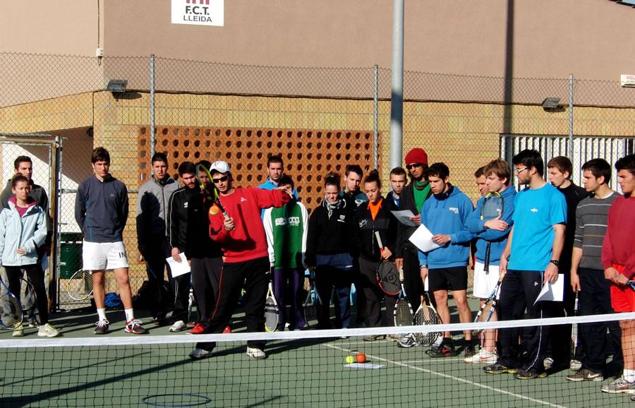 Els alumnes de l'INEFC Lleida  aprenen tennis a La Caparrella