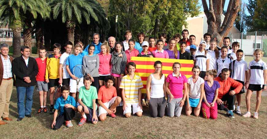 Foto de grup dels cinc equips participants a la Transpirineus celebrada a França al novembre de 2013