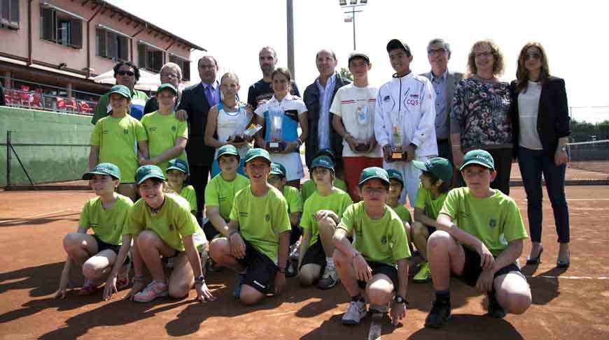 Foto de família amb els vencedors i finalistes