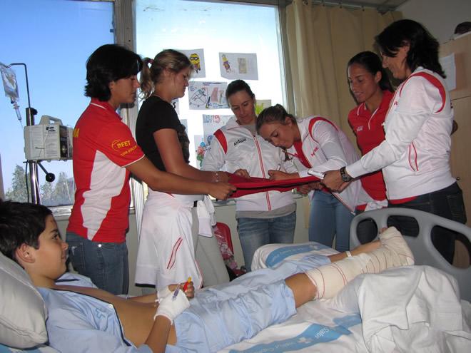 La La capitana i totes les jugadores de la Selecció Espanyola Mapfre visiten la planta de cirurgia pediàtrica de l'Hospital Universitari Vall d' Hebron